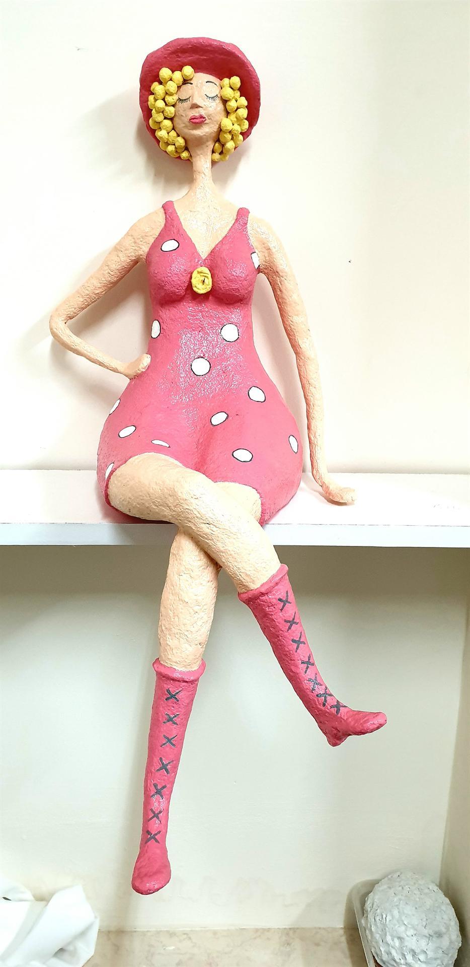 נערה עם שמלה ורודה מעיסת נייר של מיכל