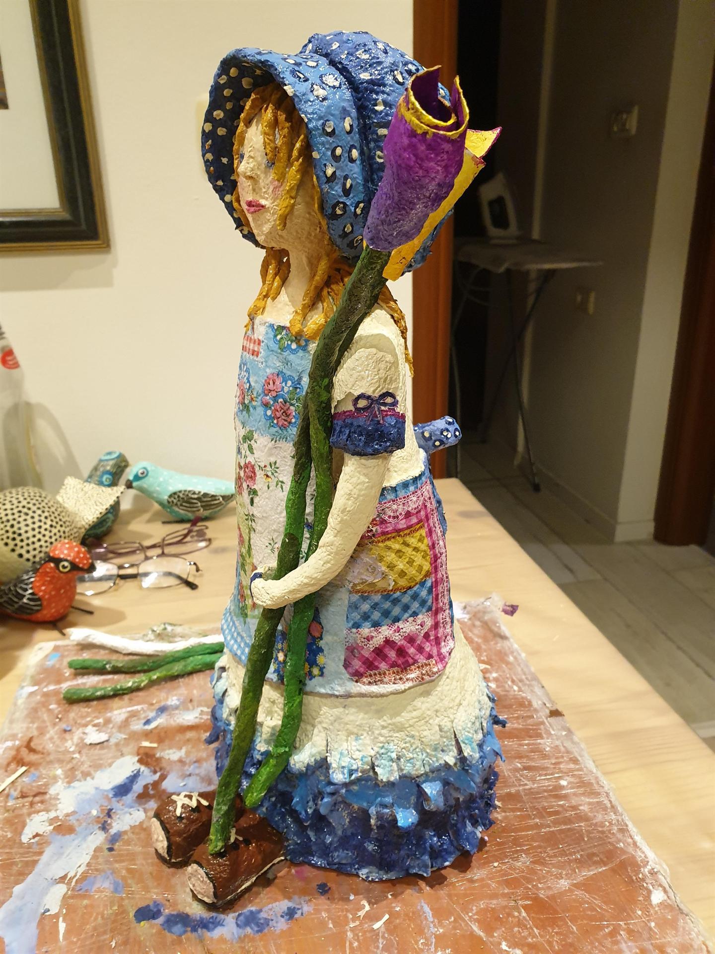 פסל של הולי הובי מעיסת נייר שיצרה עינב