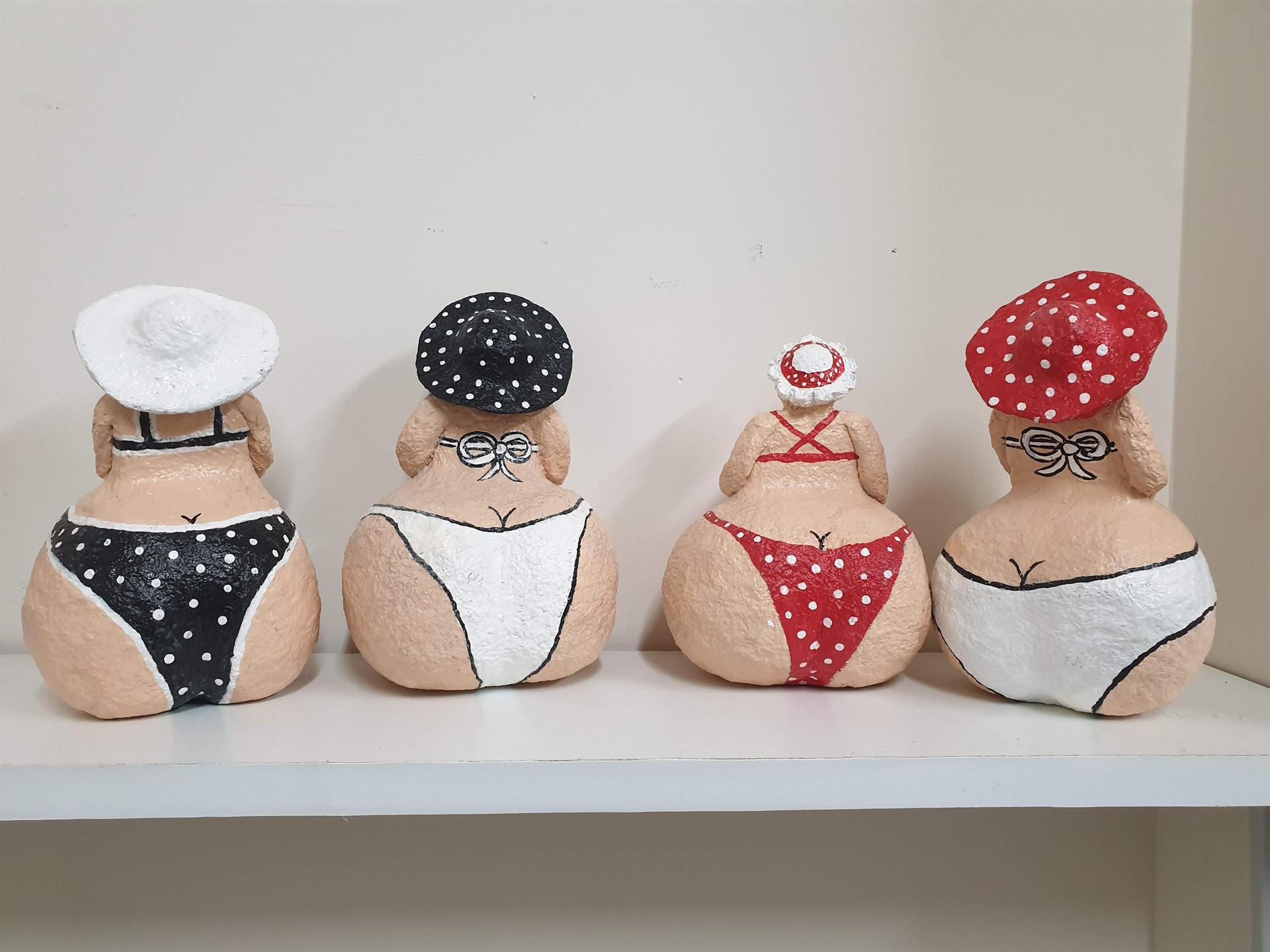 4 נשים עגלגלות בביקיני
