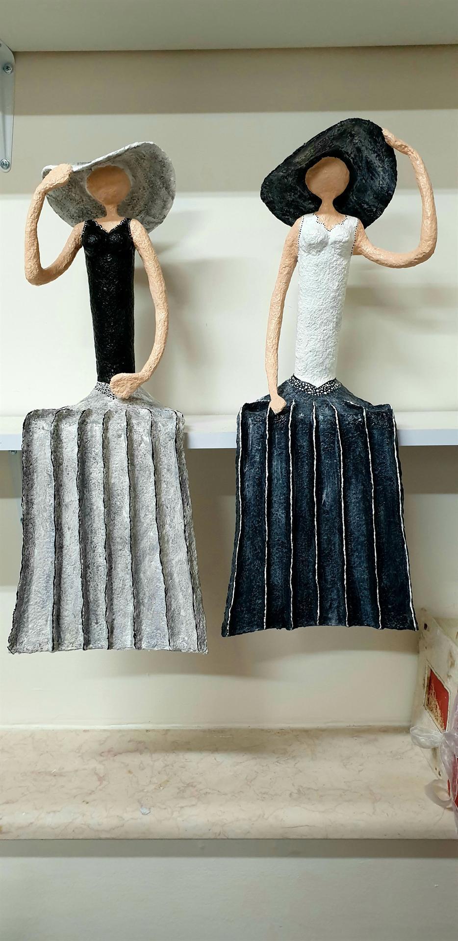 2 נשים יושבות  עם שמלות