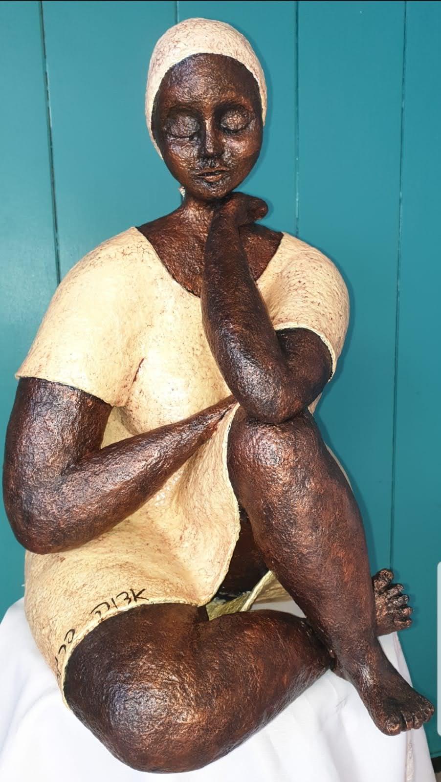 אשה יושבת דמוי ברונזה