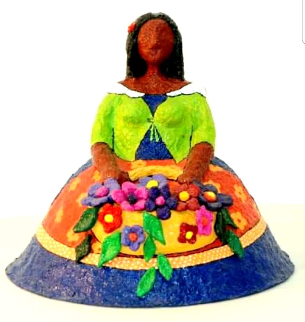 נערה עם סל פרחים