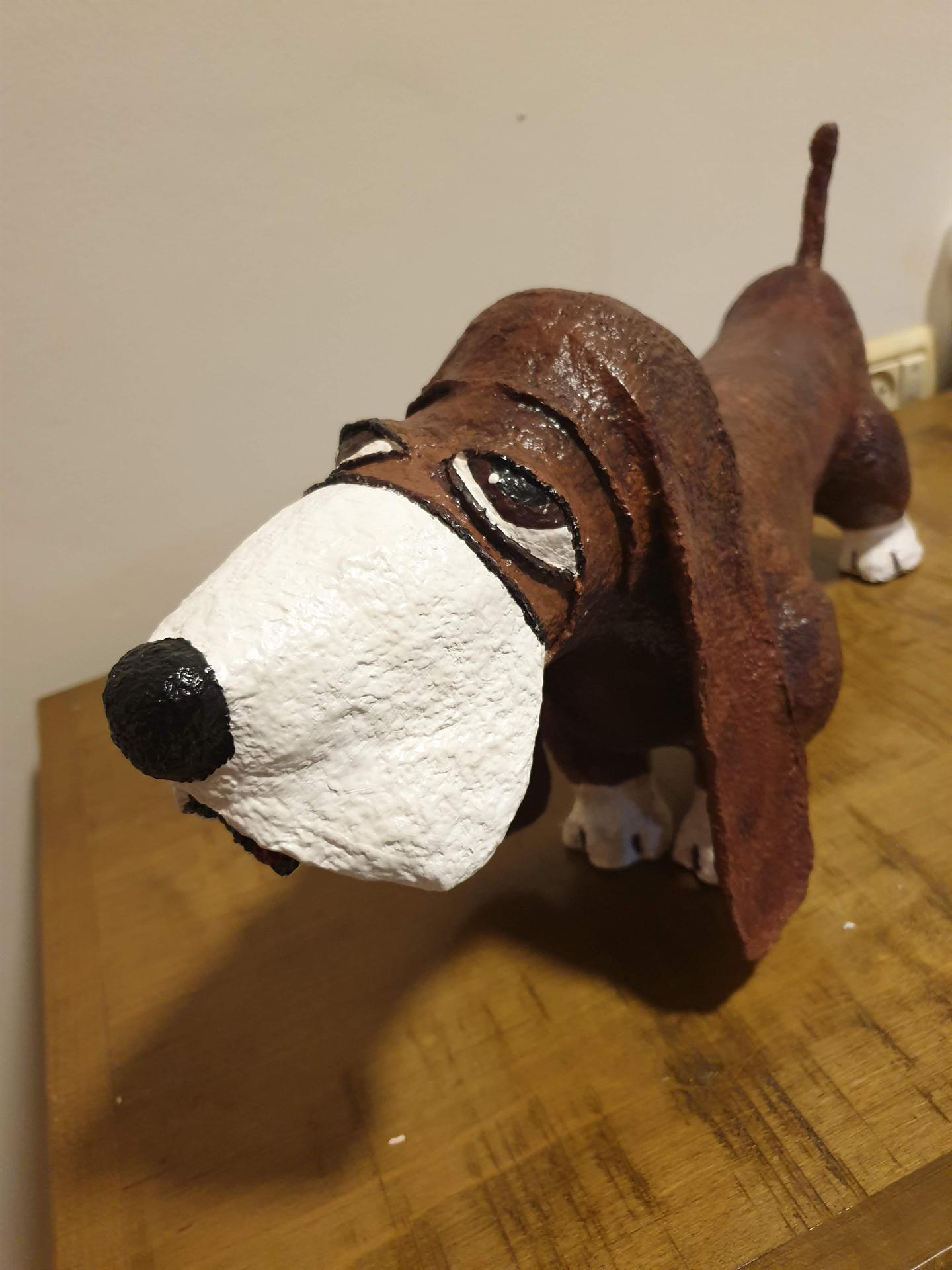 כלב מקסים מעיסת נייר של עינב