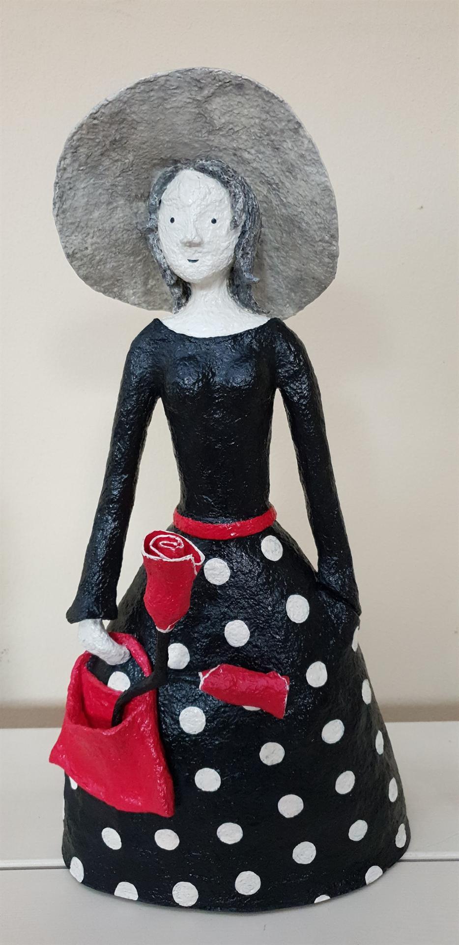 נערה עם תיק ופרח