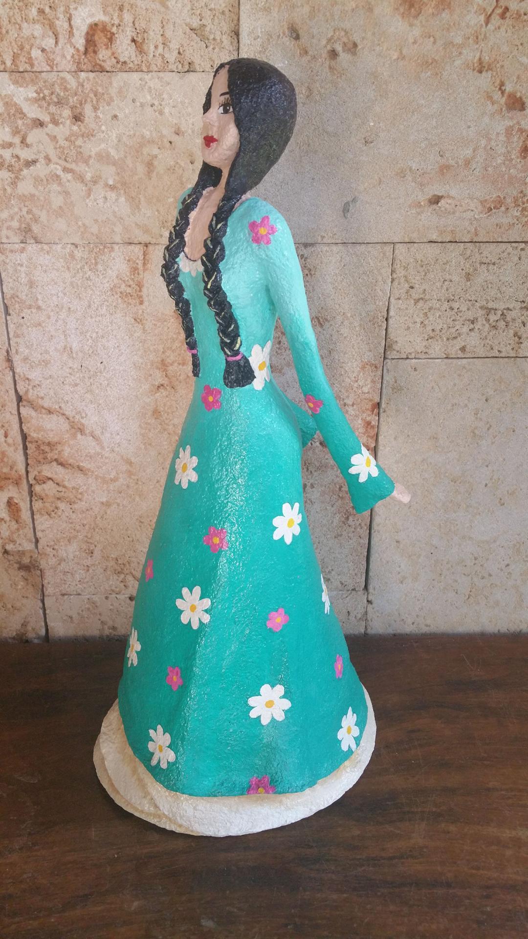 נערה בשמלה פרחונית