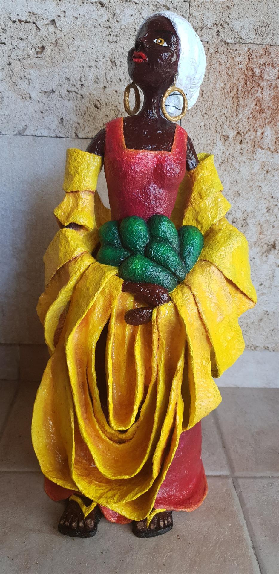 אשה אוחזת אבוקדו