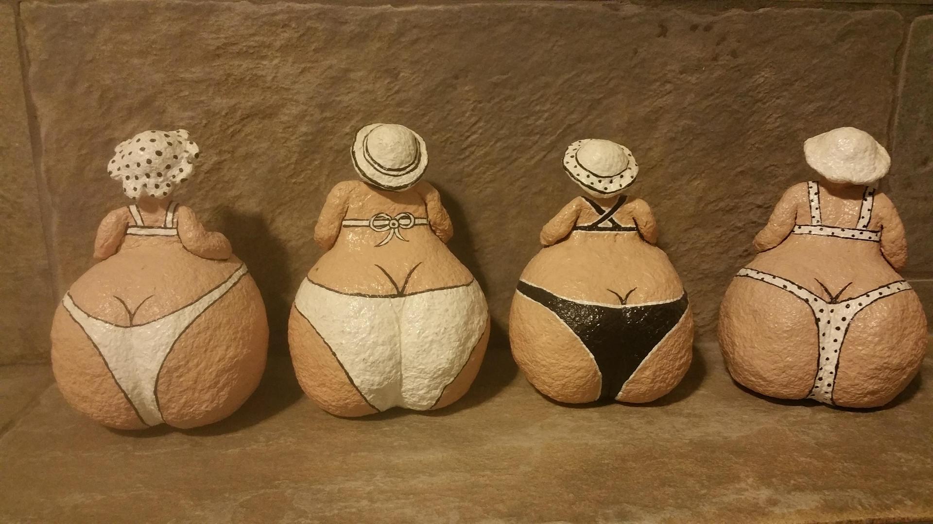 נשים עגלגלות בביקיני מעיסת נייר