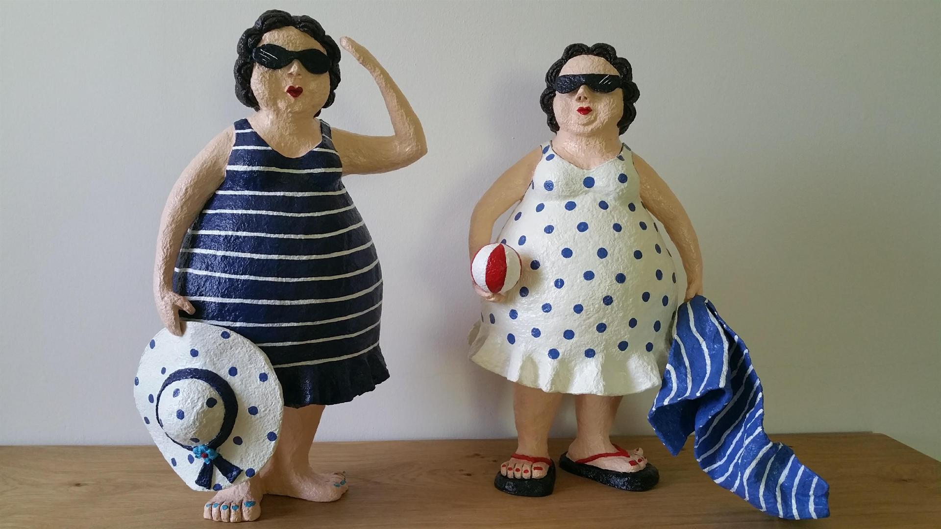 2 נשים הולכות לים
