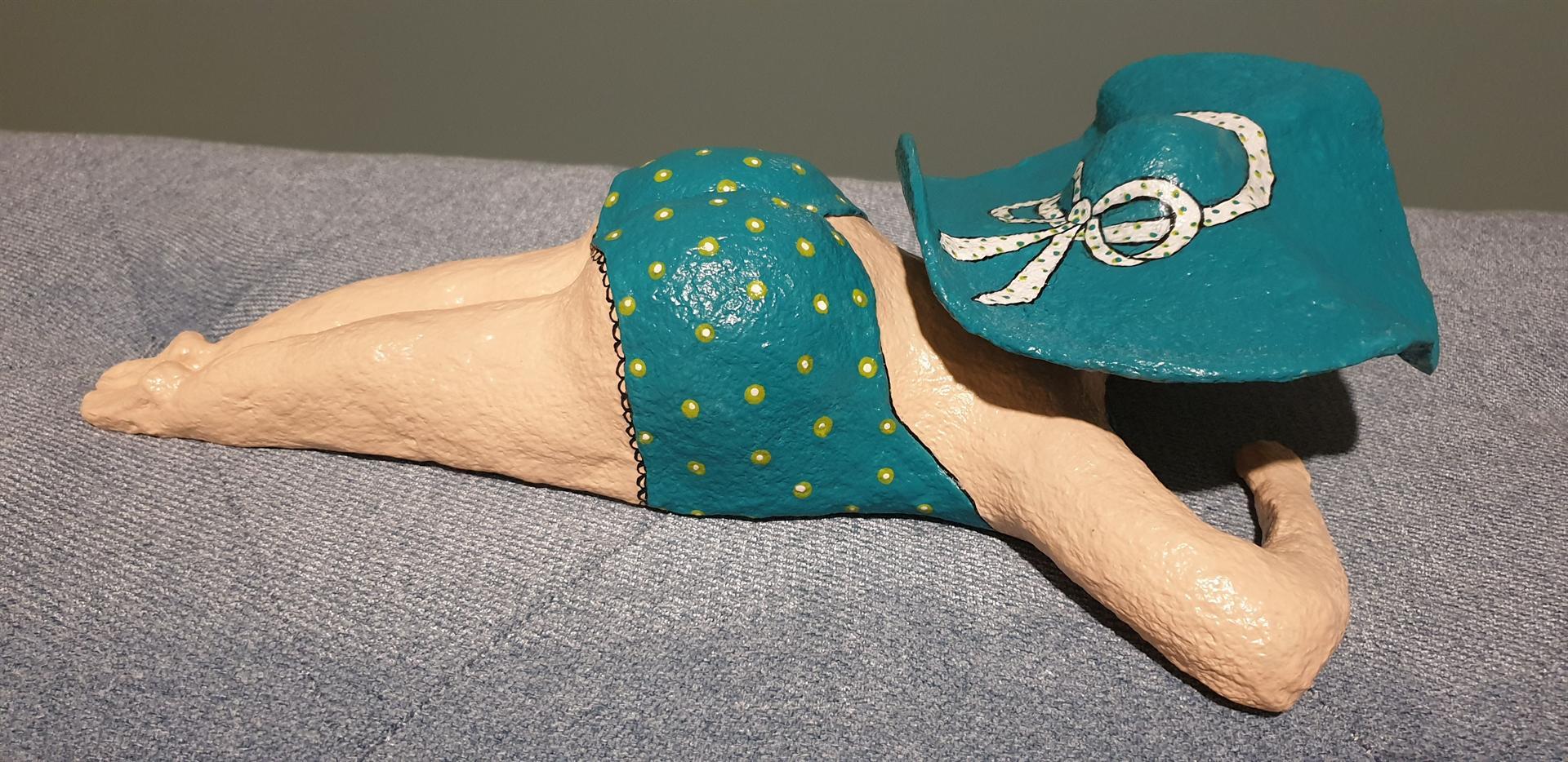 פסל אישה בבגד ים מעיסת נייר של דורית