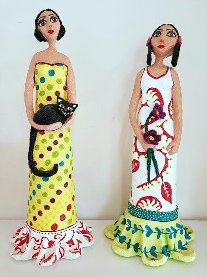 נערות עם פרח וחתול