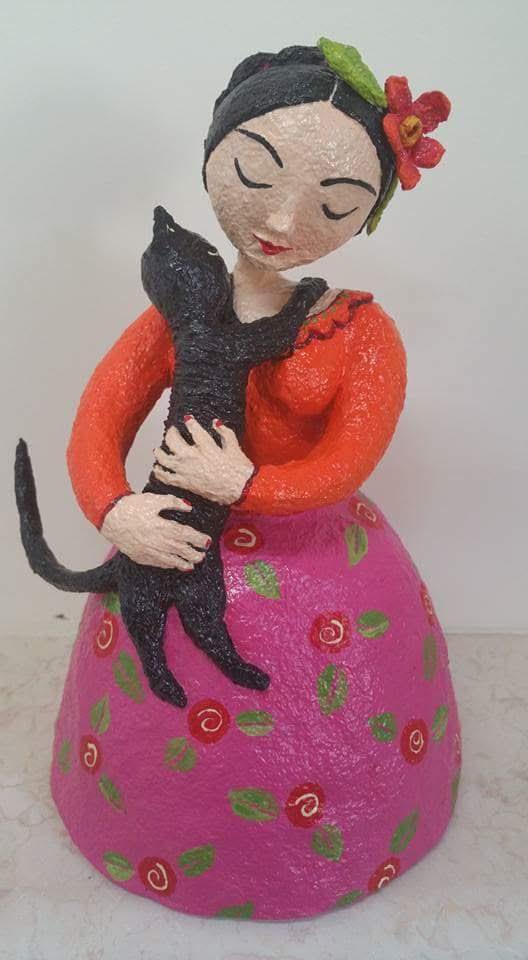 ילדה עם חתול