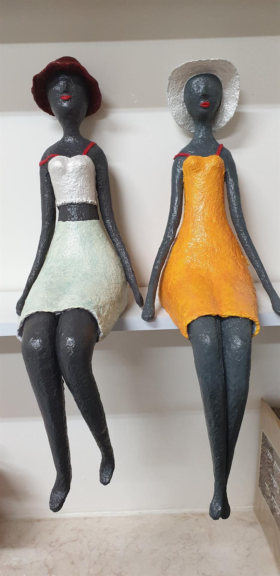 פסל זוג נערות בשמלות כתפיות של כוכבה