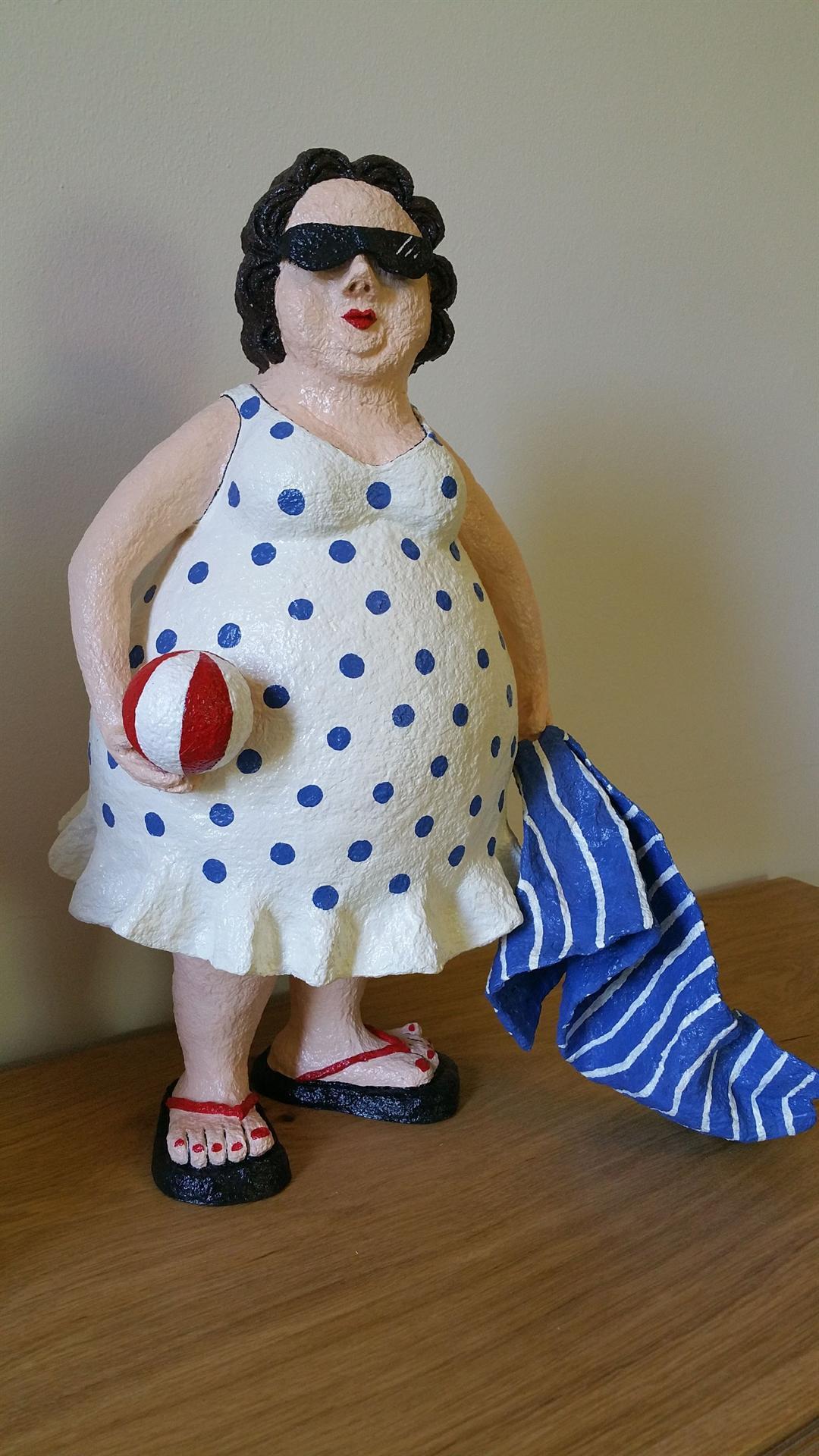 אשה בים עם כדור ומגבת