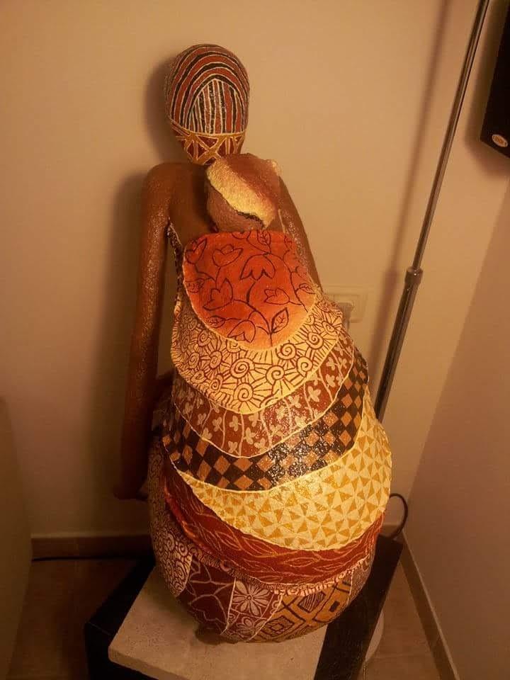 אשה עם תינוק על הגב 2
