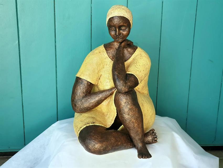 הסטודיו של אדוה - שלבי הכנת פסל אשה יושבת דמוי ברונזה מעיסת נייר